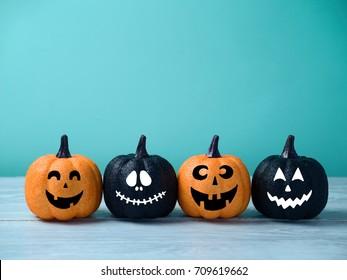 Jack de calabaza brillante de Halloween con decoración de linterna con caras graciosas.