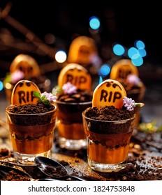Coupes de chocolat du cimetière d'Halloween et gâteaux de tombstone