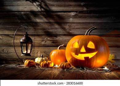 Halloween-Kürbis-Kopfbuchse auf Holzhintergrund