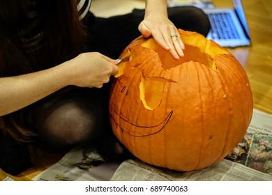 Halloween pumpking carving at home - Jack o lantern