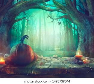 Halloween-Thema mit Kürbissen und dunklem Wald. Gruseliges Halloween-Design auf dem Tisch