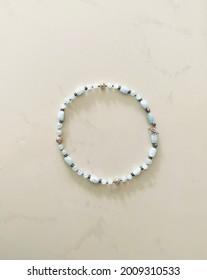Halskette mit Süsswasserperlen und Glas Perlen - Shutterstock ID 2009310533