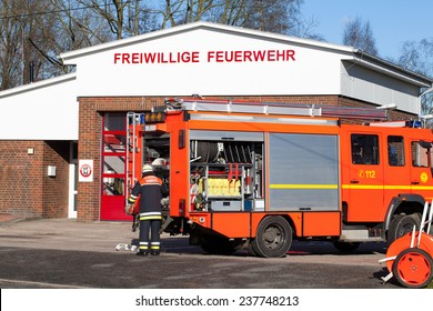 HAMBURG, GERMANY - February 2, 2013: German Firefighters in action
