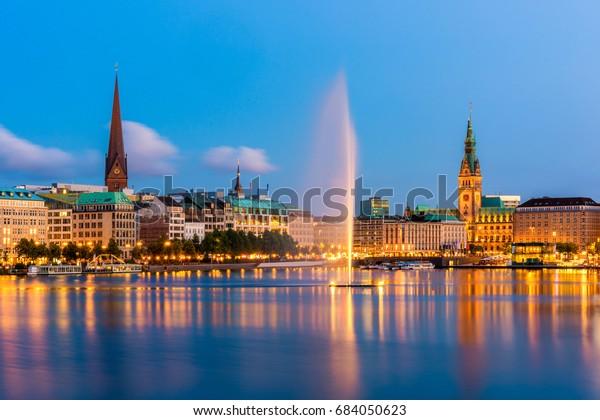 Hamburg Deutschland Skyline bei Dämmerung