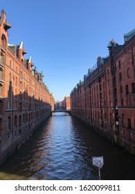 Hamburg Speicherstadt im Sommer mit Sonne