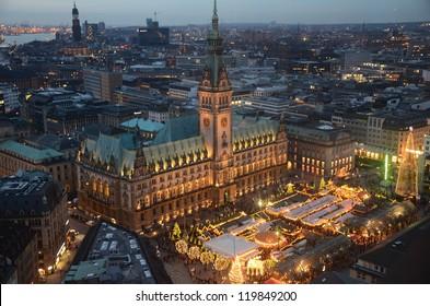 Hamburg zu Weihnachten - Weihnachtsmarkt auf dem Rathausmarkt