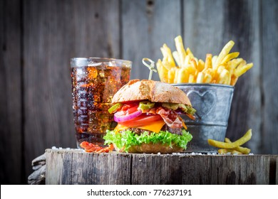 Hamburger made of onion, tomato and lettuce served with chips
