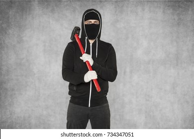 hammer on the shoulder, a criminal ready to act