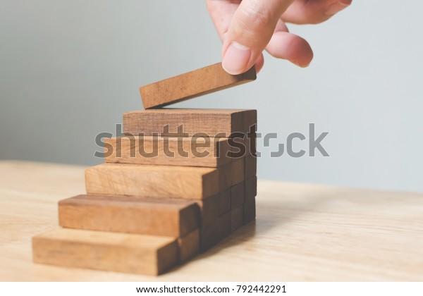 Ручная организация деревянный блок укладки в качестве ступенчатой лестницы. Концепция карьерного пути лестницы для успешного развития бизнеса, Копирование пространства