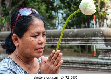 Hand of Asian women pay respect to the Buddha