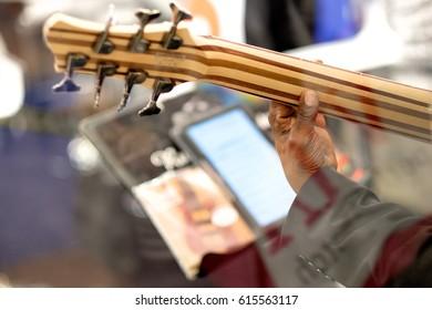 Hand the dark-skinned musician on the guitar fretboard