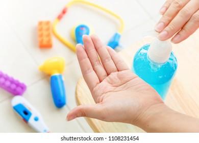 Imágenes, fotos de stock y vectores sobre Kids Hand