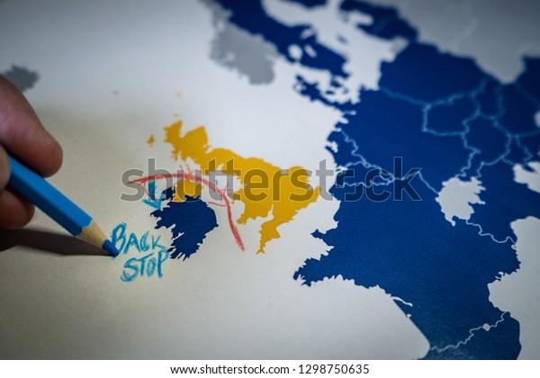 Dibujo manual de una línea roja entre el Reino Unido e Irlanda del Norte, concepto Backstop y Brexit. La solución Backstop para la frontera irlandesa es una de las principales negociaciones entre la UE y el Reino Unido.