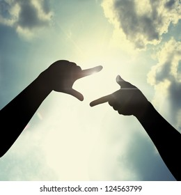 hand framing gesture
