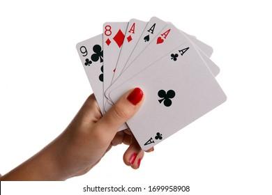 Main avec carte de jeu isolée sur fond blanc