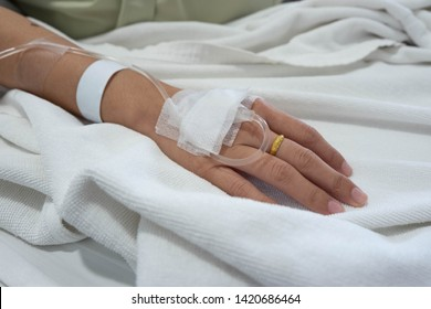 Hand of Girl, Sodium Chloride Solution for Intravenous, The brine, Medical treatment, saline intravenous, Hospitals use a saline