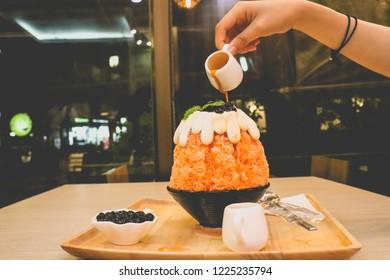 hand grap liquid sugar pour to Bing-su dessert