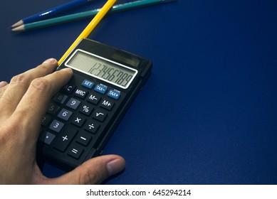 hand hold the calculator