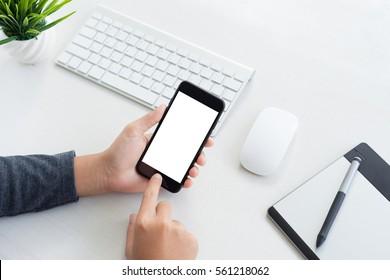 Handheld-Handy mit Berührung am Arbeitstisch