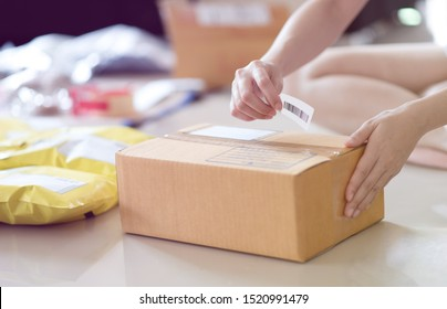 Hand, die ein Strichcode-Etikett besitzt