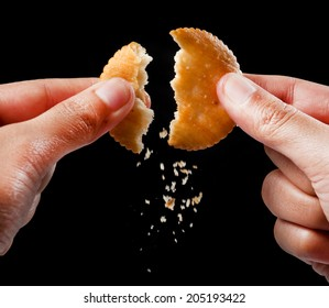 Hand holds cookie biscuits with filling
