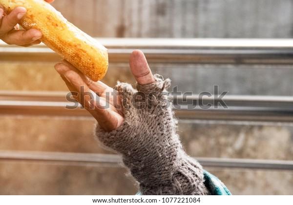 homme et pain sans-abri.