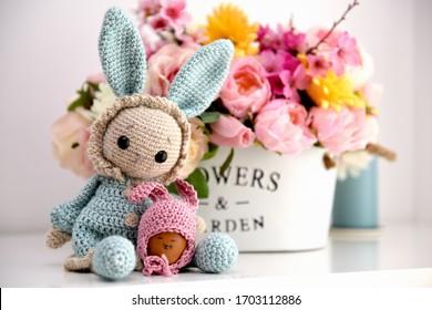 Handgemachte Osterdekoration, Blumen und Häkelspielzeug-Hasen