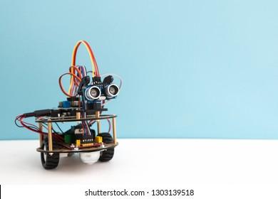 Handgefertigter Roboter auf der Arduino-Plattform. Weißer Hintergrund. Freier Textraum. STEM-Ausbildung für Kinder und Jugendliche, Robotik und Elektronik. DIY.AI. STEAM.
