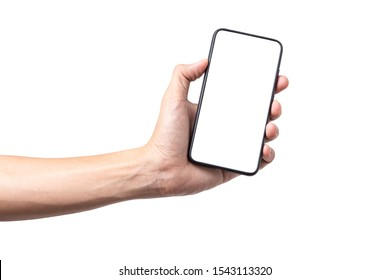 Hombre de mano que sostiene un smartphone móvil con pantalla en blanco aislado en fondo blanco con trayectoria de recorte