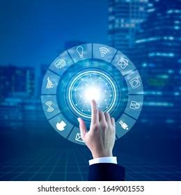 La mano de un hombre tocando en los gráficos de realidad aumentada virtual para la selección de objetos abiertos en Internet de las cosas, IoT, concepto. Mostrando dispositivos y objetos informáticos interrelacionados.
