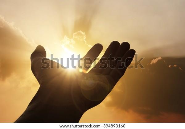 Hand in Hand mit Erfolg auf Sonnenuntergang, Frieden, Business-Konzept