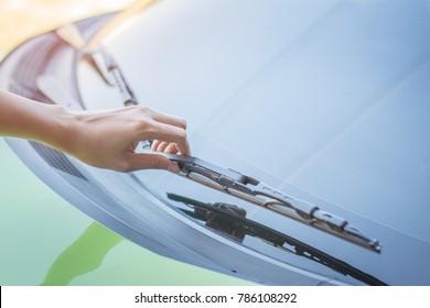 hand picking up windscreen wiper,check wiper.