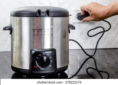 hand Plug in the fryer