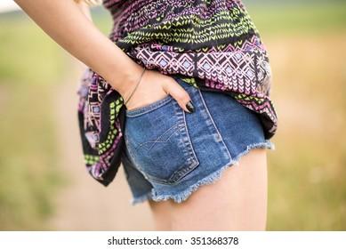 Hand in pocket denim shorts