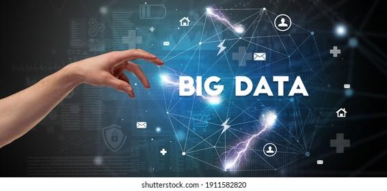 Hand, die auf die BIG DATA-Inschrift, das moderne Technologiekonzept verweist