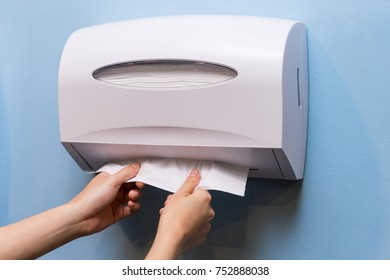 the hand pulling toilet tissue
