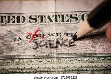Hand, die das Wort Gott für die Wissenschaft auf einem US-Dollar-Schein ersetzt. Geeignet für wissenschaftliche Forschung, Koronavirus-Impfstoff oder Wissenschaft als neue Religions-Konzepte.