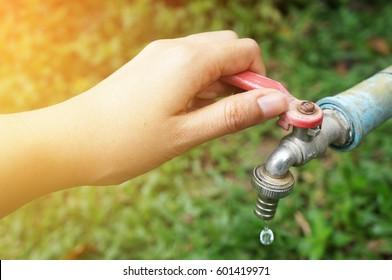 hand shut the faucet, water saving