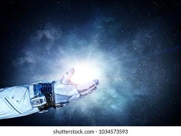 Mano del hombre espacial. Medios mixtos