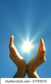Hand-Sonne-Blau-Himmel mit Kopienraum, der Freiheit oder Solarenergie-Konzept zeigt