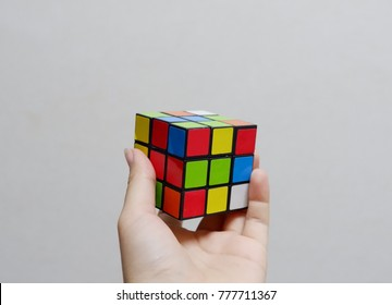 The hand that catches rubik.Rubik's unfinished.It is used to practice brain skills and competition.When you feel bored and stressed, you can play rubik.