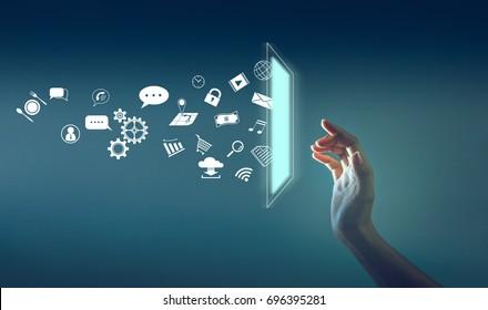 la main touchant l'écran avec beaucoup d'icônes jettent de l'écran, la technologie sur internet du concept de chose.