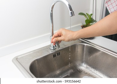 Hand turn on turn off faucet
