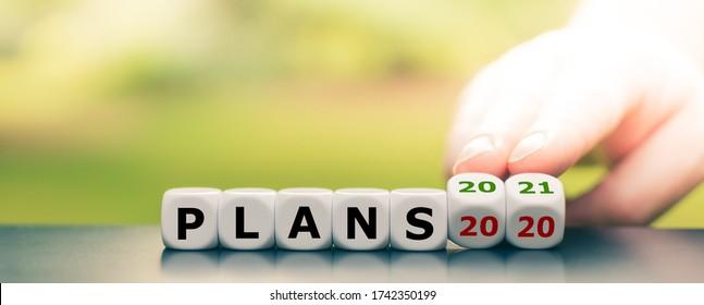 """Hand würfelt und ändert den Ausdruck """"Pläne 2020"""" in """"Pläne 2021"""""""