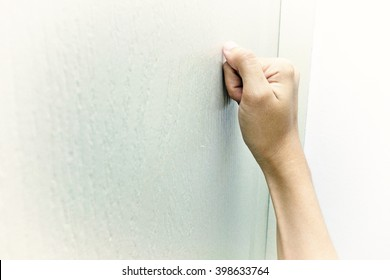 The hand which Knocks on the door with fade around the edge of frame