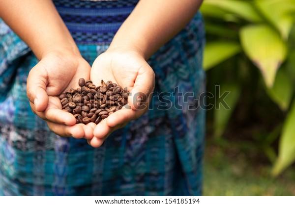 Manciata di chicchi di caffè biologici freschi. Cibo e bevande sfondo caffè.