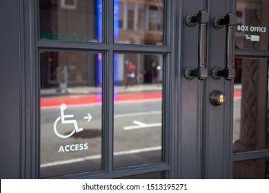 Behindertengerechtes Zugangsschild auf Türglas am Eingang des Restaurants oder des Ladens.