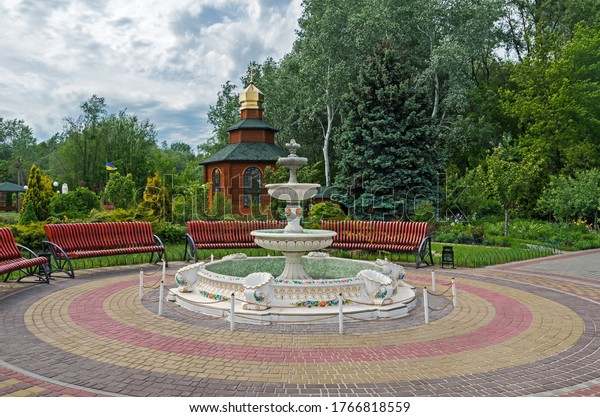 handicraft-fountain-benches-courtyard-ch