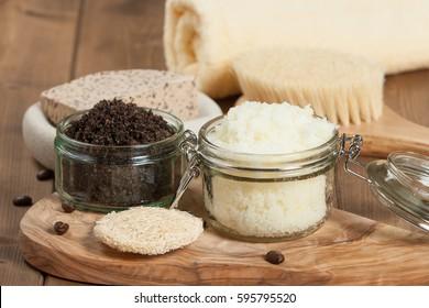 Handgefertigte Kaffeekanne und Zitronenbrot mit Kokosöl. Toilettenartikel, Spa-Set