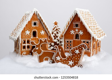 The hand-made eatable gingerbread houses, reindeer and cart, New Year Tree with snow decoration